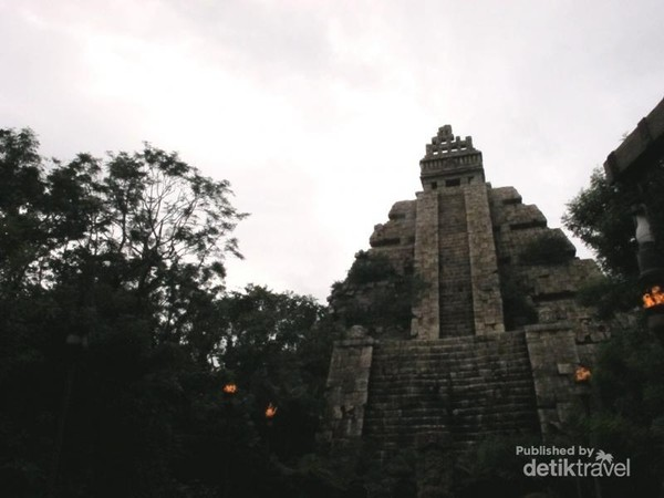 Wahana Indiana Jones Adventure: Crystal of The Temple Skull yang mengingatkan kita dengan bangunan suku Maya yang terkenal di Meksiko. Cuaca DisneySea yang sedang mendung dan berawan membuat aura bangunan semakin menyeramkan. Hiiiii !