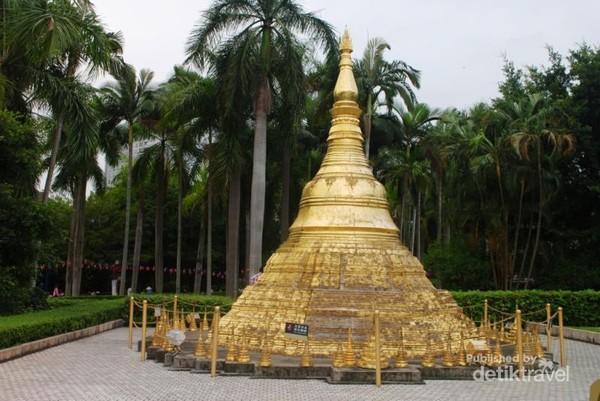 miniatur Shwedagon Pagoda dari Myanmar. Pagoda emas yang  terletak di kota Yangon.