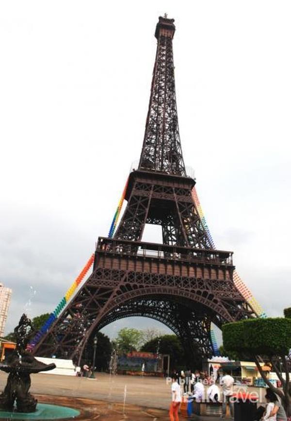 replika Menara Eifel yang ada di Paris.pengunjung boleh naik ke atas dan melihat pemandangan kota Shenzhen dari ketinggian.