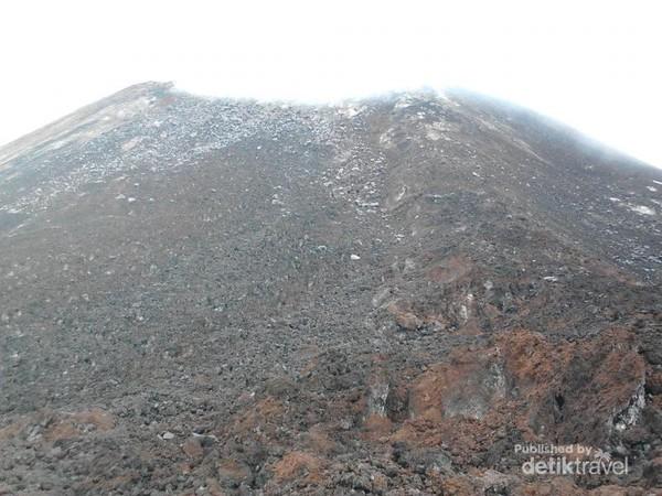 Puncak Krakatau yang gersang dan panas karena aktivitas magma