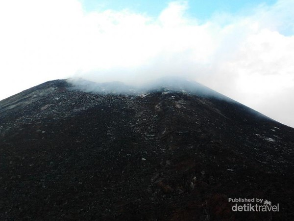 Kabut menyelimutiu Anak Krakatau