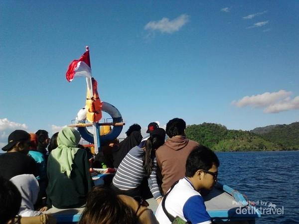 Perahu menjadi satu-satunya transportasi untuk menuju Krakatau