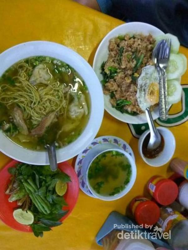 Mencoba beberapa menu, mie sup dan nasi goreng ala Luang Prabang