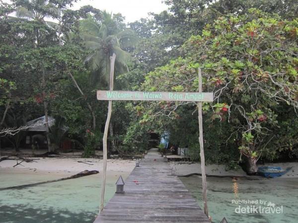 Pantai cantik ini berada di Waiwo Dive Resort di Jl. Marinda-Waiwo, Waisai, Kota Waisai, Kabupaten Raja Ampat, Papua Barat.