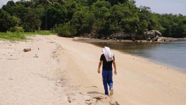 Garis pantai yang cukup panjang dengan pasir pantai putih