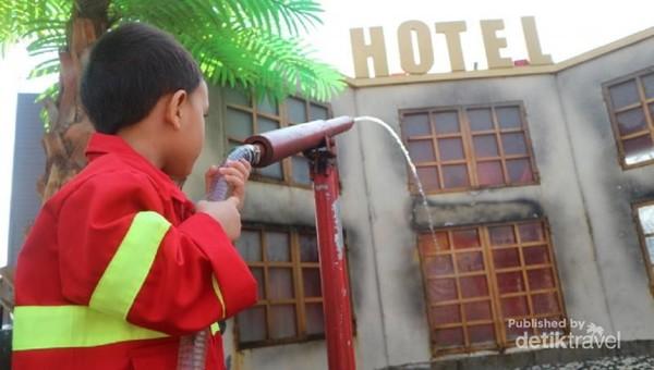 Disini si kecil bisa mencoba menjadi pemadam kebakaran, sambil memakai seragam dan ikut simulasi pemadaman api.