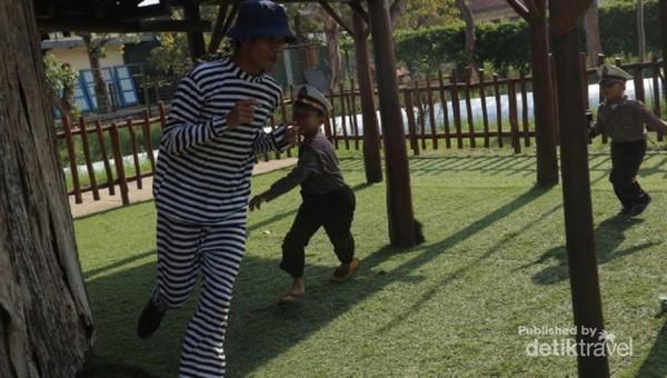 Adegan kejar-kejaran, saat si kecil berperan sebagai polisi yang akan menangkap penjahat.