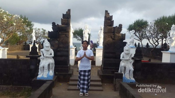 Pantai Ngobaran berada di Jalan Ngobaran, Ngrenehan, Kanigoro, Sapto Sari, Gunung Kidul. Pantai ini mengingatkan kita dengan Bali, banyak candi.