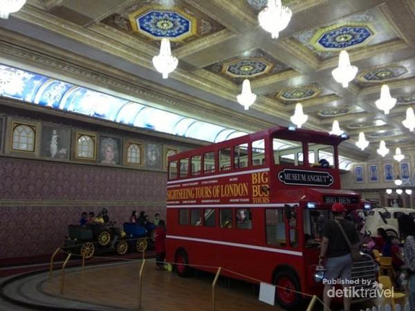 Replika bus London yang terparkir rapi di dalam Istana Buckingham