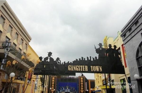 Area Gangster Town menawakan wisata jalan kaki dengan suasana outdoor ala Broadway
