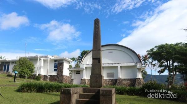 Tugu yang menandakan dimulainya konstruksi observatorium pada tahun 1923