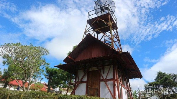 Bangunan inu bukan merupakan pemancar radio, melainkan salah satu jenis teleskop bernama teleskop radio