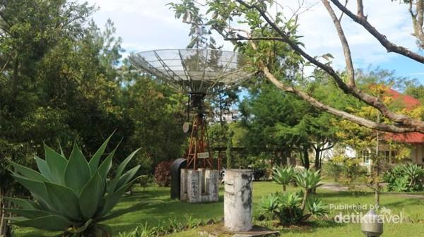 Walau bentuknya seperti parabola, namun instrumen ini juga merupakan salah satu jenis teleskop.