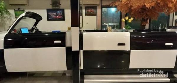 Sisi samping replika mobil panjang, sebagai tempat kasir di bagian depan dan tempat makan di bagian belakang.