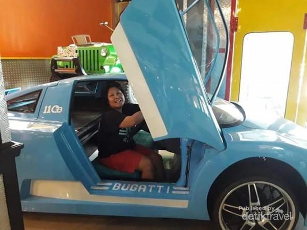 Berfoto di replica mobil Buggati.