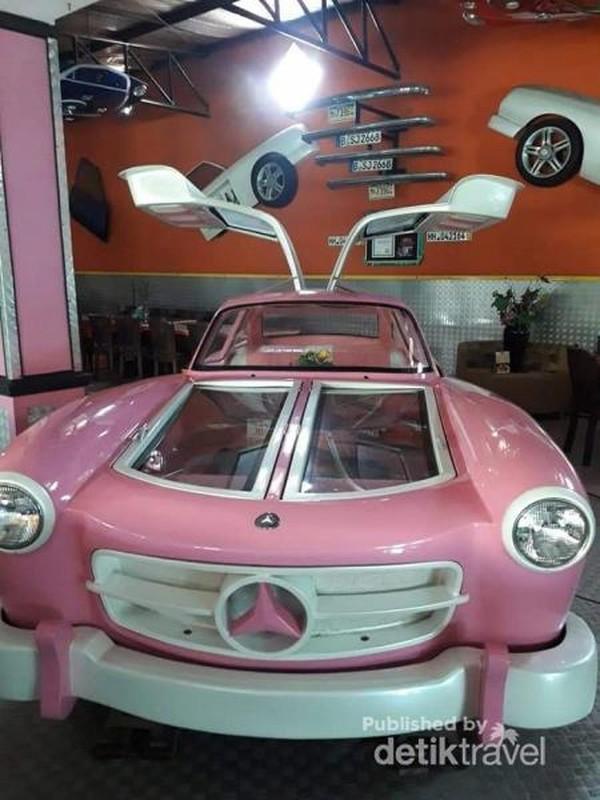 Replika mobil dengan pintu model sayap terbang.