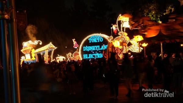 Parade tokoh Disney dimulai pukul 20.00 waktu setempat