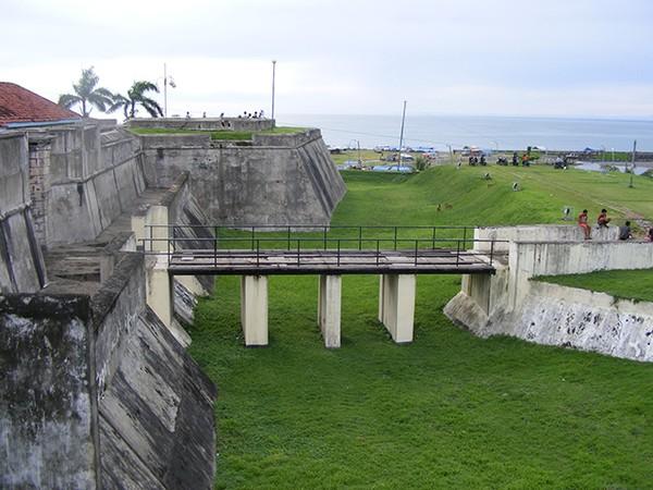 Pemandangan di samping Benteng Marlborough