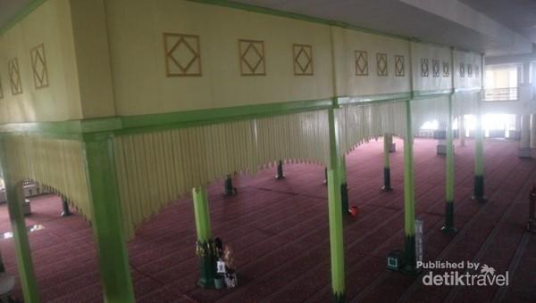 Sebelum di renovasi, arsitektur Masjid Agung Al Karomah menyerupai Masjid Agung Demak