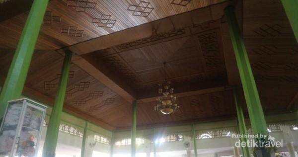 Bagian bangunan masjid lama, berupa soko guru dari kayu ulin masih dipertahankan hingga sekarang.