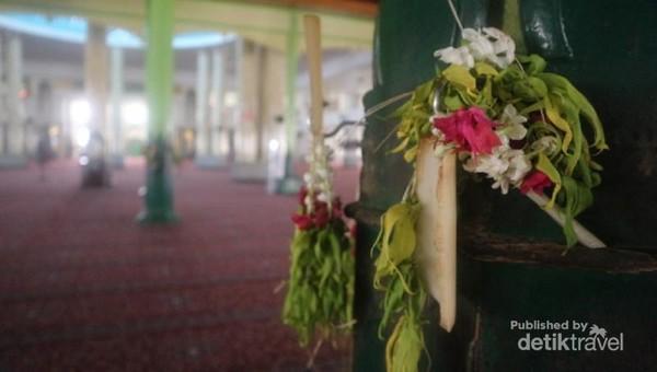 Sudah menjadi kebiasaan masyarakat sekitar untuk meletakkan untaian kembang pada soko guru yang berjumlah empat pilar