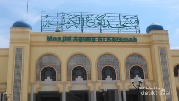 Bagian depan Masjid Agung Al Karomah yang tampak megah