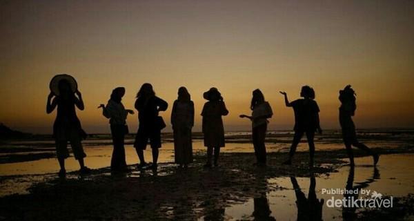 Siluet orang di Pantai Walakiri
