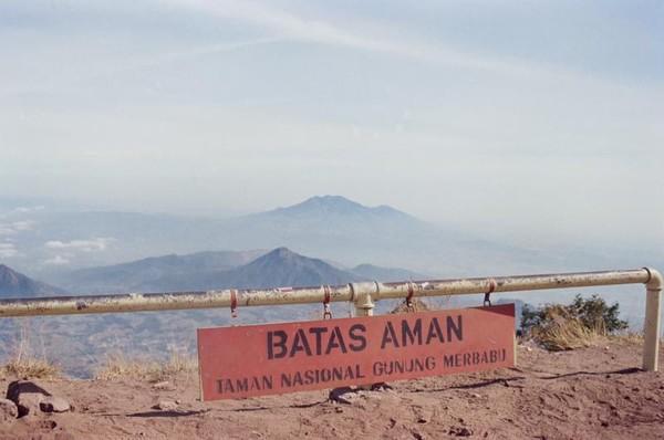 Pesona gugusan gunung dari puncak Merbabu