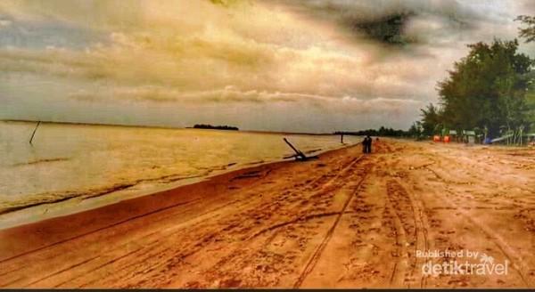 Menanti Senja di sepinya Pantai Batakan