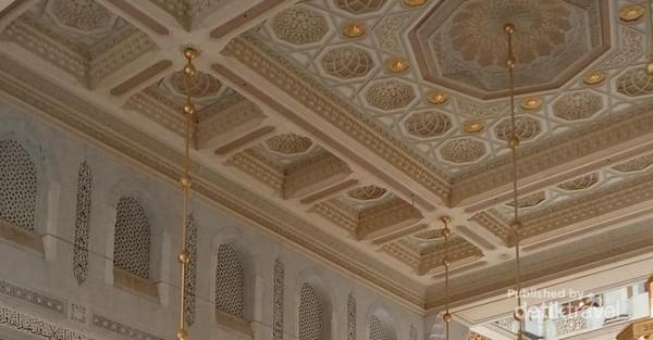 Di bagian dalam, atap dan dinding Masjidil Haram terlihat sangat mewah. Terlihat pula kaligrafi yang menghiasi dinding masjid