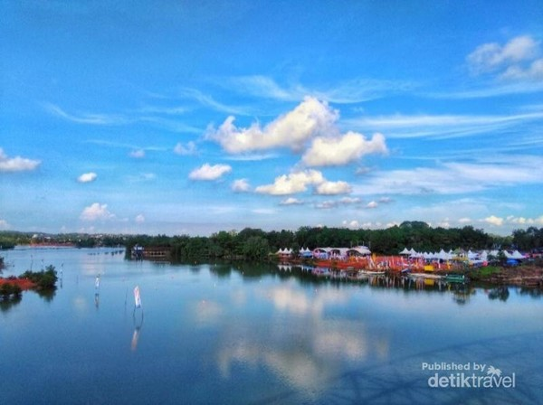 Panorama dari atas jembatan Sungai Carang