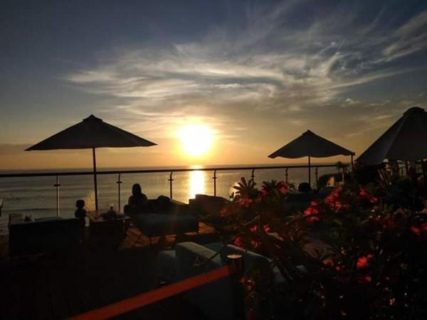 Tempat yang disediakan untuk pengunjung menikmati senja di Klapa Resto.