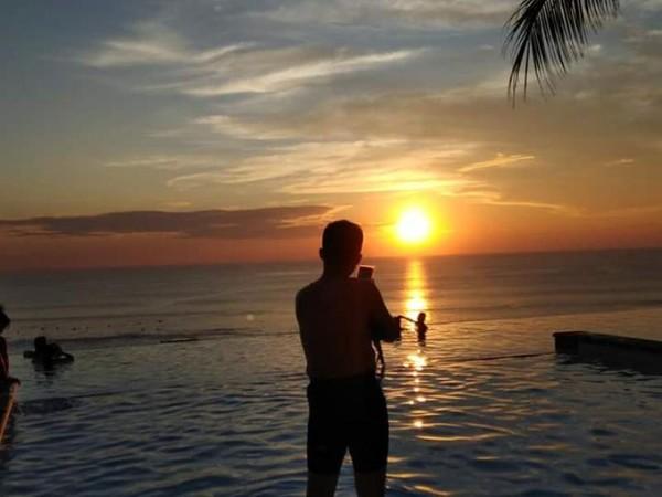 Pengunjung pun mengabadikan momen indah sunset di Pantai Dreamland.