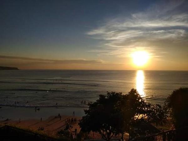 Matahari mendekati peraduannya di garis cakrawala.