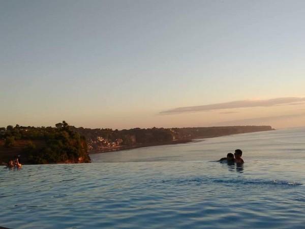 Pengunjung masih berenang di kolam Klapa Resto.