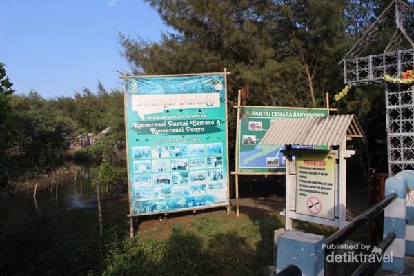 Keterangan di pintu masuk tentang Pantai Cemara dan fasilitas yang ada.