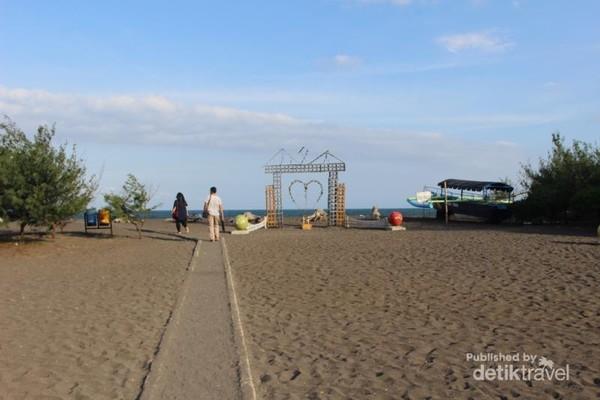 Kawasan ini telah ditata sedemikian rupa sehingga pengunjung dapat menikmati pantai , baik bermain pasir, berjalan-jalan di bawah pohon cemara, menikmati ombak ataupun berfoto di tempat yang sudah disediakan.