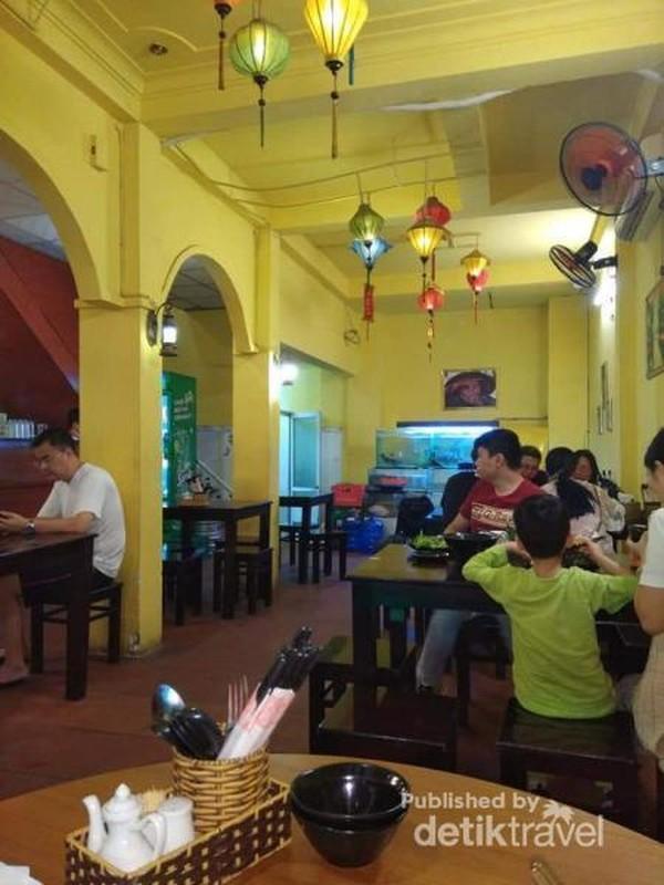Suasana salah satu restoran di jalan Tran Phu