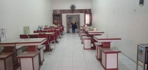 Kursi dan meja makan yang teratur bersih dan rapi.