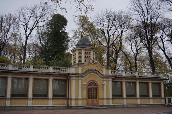 Berlokasi dimana Sungai Fontanka mengalir keluar dari Sungai Neva