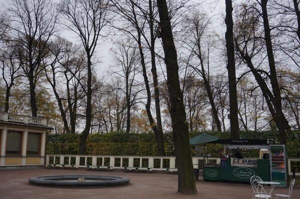 Summer Garden merupakan taman umum dengan 79 pahatan yang dibuat oleh seniman terkenal di abad ke-17 dan ke-18.