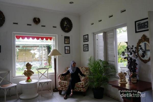 Sambil menunggu pesanan, pengunjung bisa berfoto di berbagai sudut yang cantik di rumah teh ini.