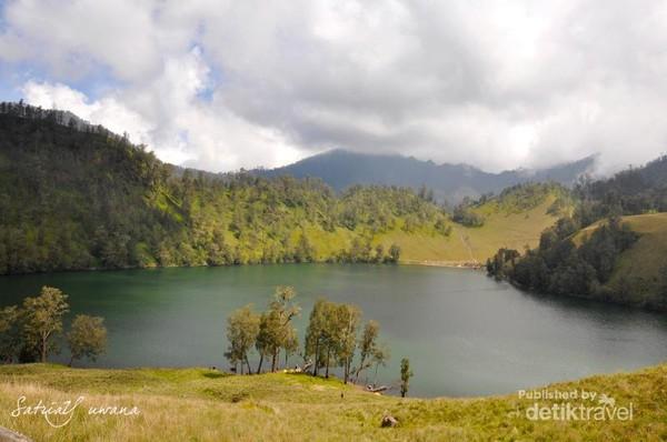 Ranu Kumbolo, salah satu tempat indah yang berada di Semeru.
