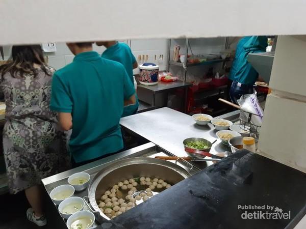 Kesibukan di dapur saat mempersiapkan makanan