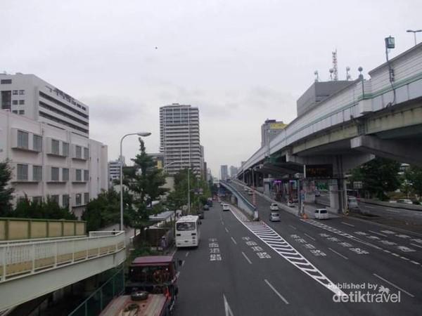 Potret jalan raya dan jalan layang di kawasan Tanimachi.