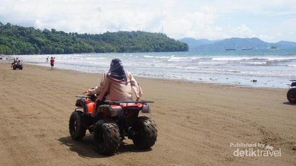 Menikmati pantai yang landai.