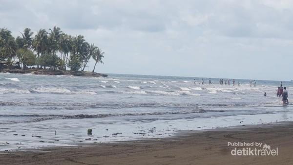 Pulau kecil yang tak jauh dari pantai.