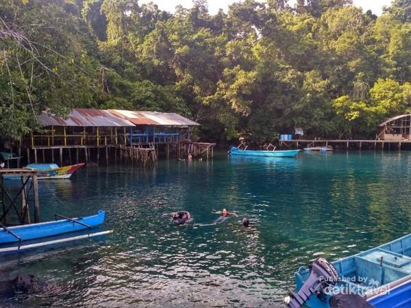 Berenang atau snorkling adalah hal wajib di sini. Sewa alat snorkling tersedia dengan harga 35 ribu.