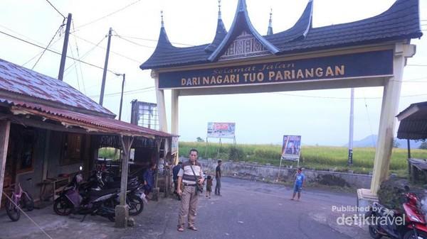 Gerbang menuju desa.