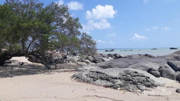 Sekilas, tak jauh berbeda dengan pantai lain yang ada di Pulau Belitung, tapi yakinlah pantai ini menawarkan pemandangan yang khas. Di depannya, ada beberapa pulau yang berpenghuni